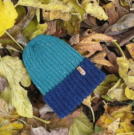 Стильная мужская шапка спицами
