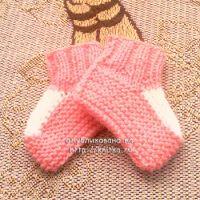 Вязаные спицами носочки для малыша