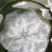 Белая ажурная салфетка спицами