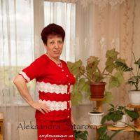 Красный вязаный спицами костюм