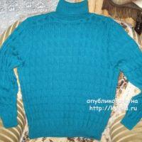 Голубой свитер спицами – работа Любови Жучковой