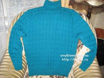Голубой свитер спицами – работа Любови Жучковой. Вязание спицами.