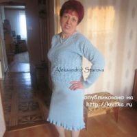 Голубой костюм спицами – работа Александры