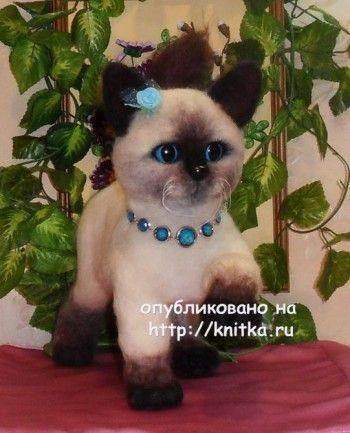 Вязаная игрушка котенок – работа Котельниковой Ирины. Вязание спицами.