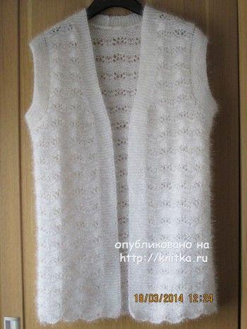 Вязаный спицами удлиненный жилет - работа Марии