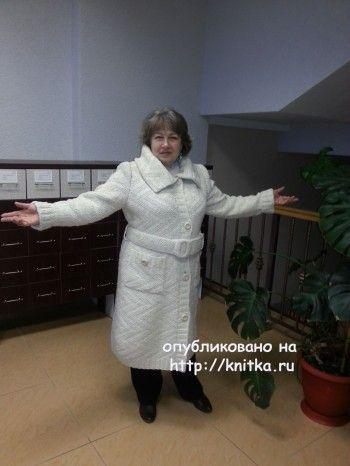Вязаное пальто – работа Евгении. Вязание спицами.