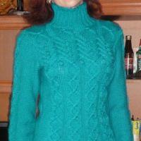 Вязаный спицами свитер – работа Марины