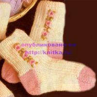 Вязаные носочки с вышивкой
