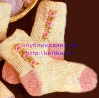 Вязаные носочки с вышивкой. Вязание спицами.