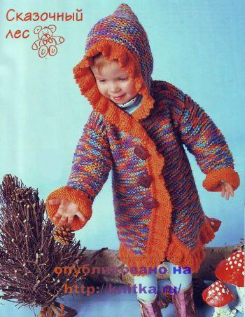 Пальто для девочки с рюшами и капюшоном связано спицами