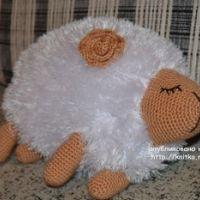 Вязаная подушка овечка – работа Анны