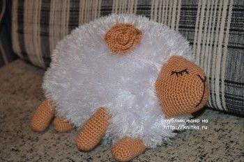 Вязаная подушка овечка – работа Анны. Вязание спицами.