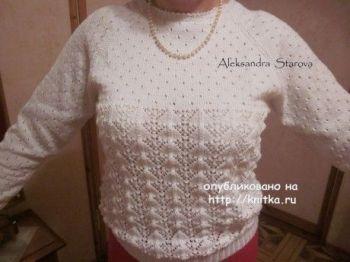 Белый ажурный джемпер – работа Александры Старовой. Вязание спицами.
