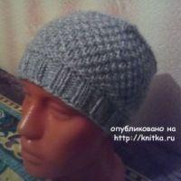 Вязаная спицами шапка – работа Нины