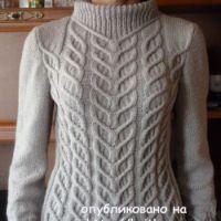 Вязаный спицами свитер - работа Марины