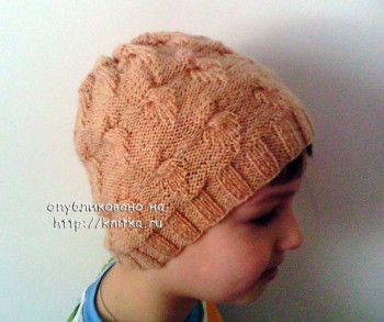 Весенняя шапочка – работа Анастасии. Вязание спицами.