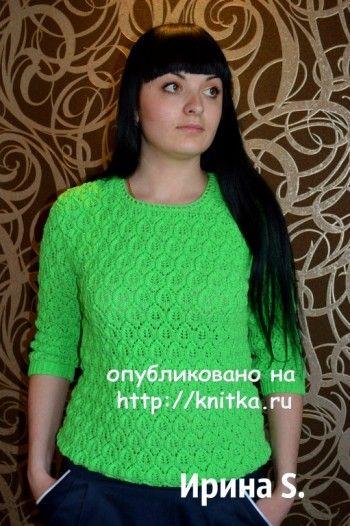 Зеленый свитер спицами с узором листики