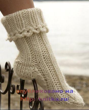 Вязаные носки белого цвета. Вязание спицами.