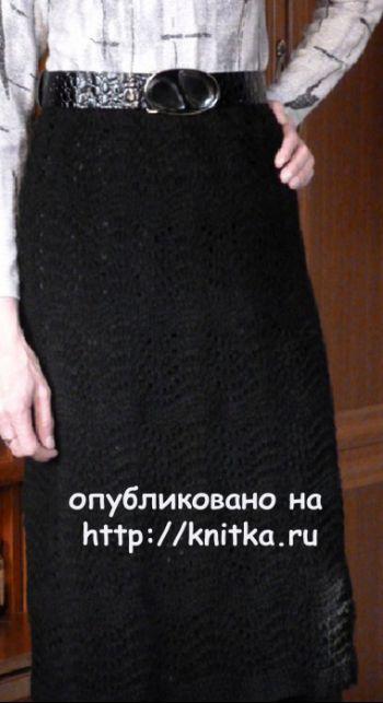 Вязаная спицами юбка с узором павлинье перо