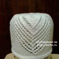 Вязаная спицами шапочка. Работа Натальи Фадеевой
