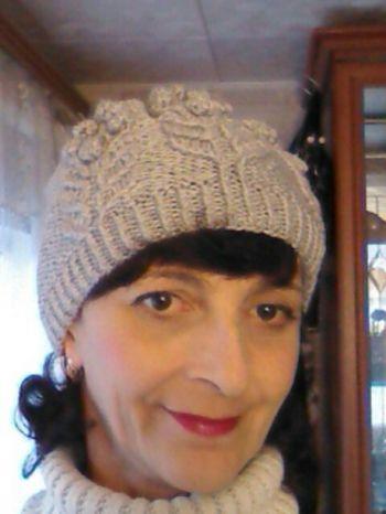 Бежевая шапочка спицами. Работа Марины Ефименко. Вязание спицами.