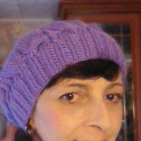 Фиолетовая шапочка спицами. Работа Марины Ефименко