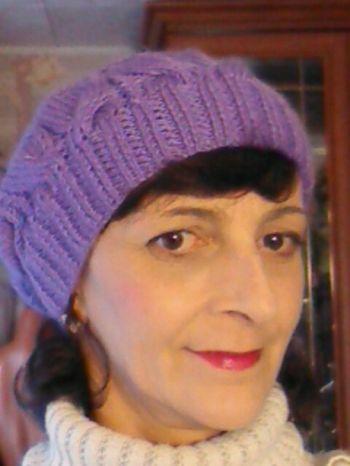 Фиолетовая шапочка спицами. Работа Марины Ефименко. Вязание спицами.