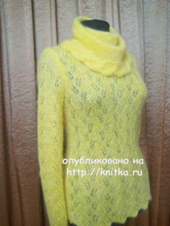Желтый свитер спицами связан из мохера