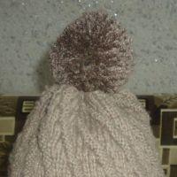 Вязаная спицами шапка. Работа Валерии