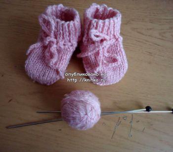 Розовые носки – пинетки. Работа Валерии. Вязание спицами.