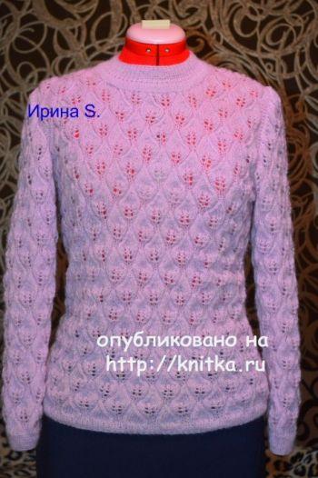 Вязаный спицами свитер женский