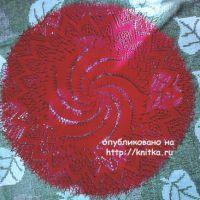 Красная салфетка спицами. Работа Васюткиной Ирины