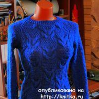 Синий джемпер спицами. Работа Марины Ефименко