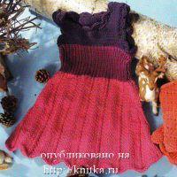 Трехцветное платье, связанное спицами