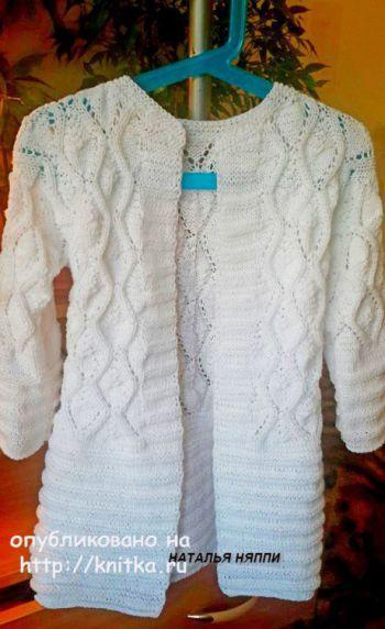Кардиган спицами Белые желуди. Работа Натальи Няппи. Вязание спицами.