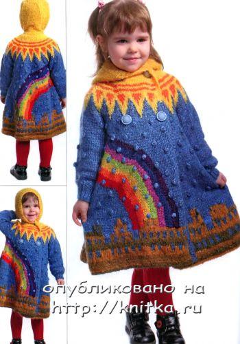 Яркое вязаное  спицами пальто для девочки