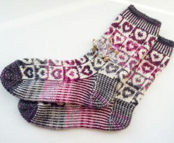 Вязаные носки с сердечками. Вязание спицами.
