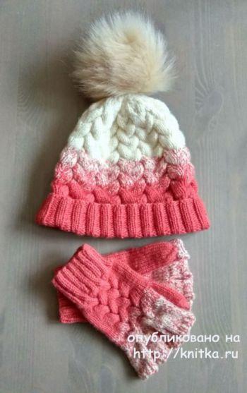 Комплект шапочка и митенки с градиентом и косами. Работа Александры Карвелис. Вязание спицами.