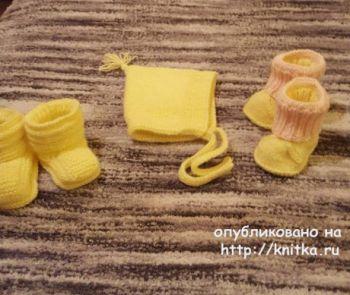 Комплект: жилетка, шапка и пинетки для маленькой девочки. Вязание спицами.
