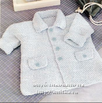 Вязаное спицами пальто для мальчика с жемчужным узором