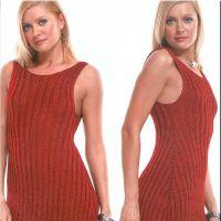 Яркое красное вязаное спицами платье