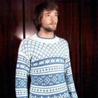 Мужской свитер в бело-голубых тонах