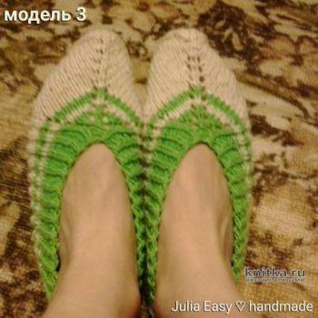 Следки связаны спицами с зелеными полосками. Работа Julia Easy. Вязание спицами.