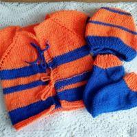 Яркий комплект для Арсения: жилет, носки и чепчик спицами