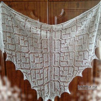 Вязанная спицами шаль из мохера