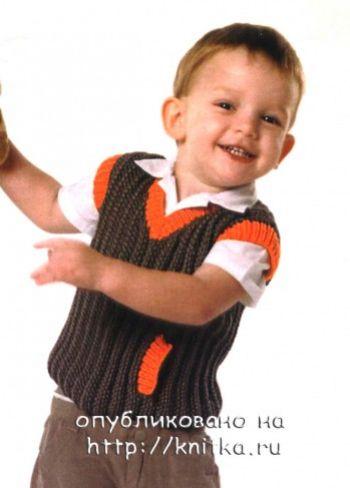 Вязанный спицами жилет для мальчика с контрастной отделкой