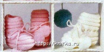 Белые и розовые пинетки. Вязание спицами.