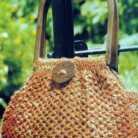 Вязаная сумка с деревянными ручками