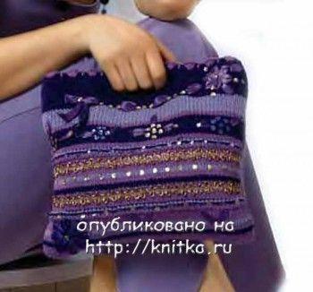 Вязаная сумочка, украшенная вышивкой. Вязание спицами.