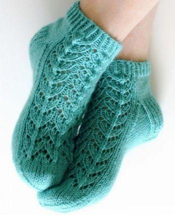 Ажурные носки с узором елочка спицами